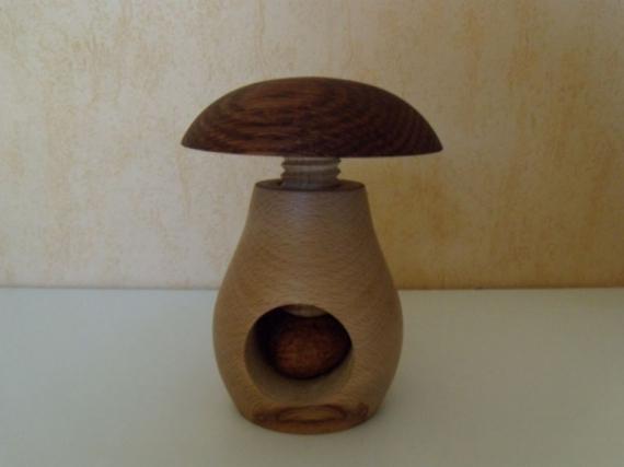 Artisanat d 39 art champignon casse noix cadeau tournage casse noix - Casse noix en bois ...