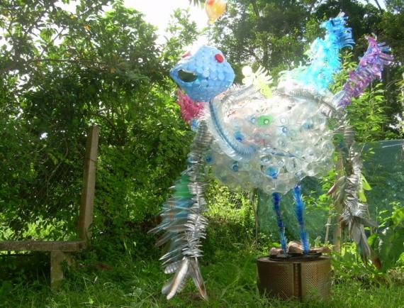 sculpture recyclage artistique dchets plastique l 39 oiseau la queue arc en ciel. Black Bedroom Furniture Sets. Home Design Ideas