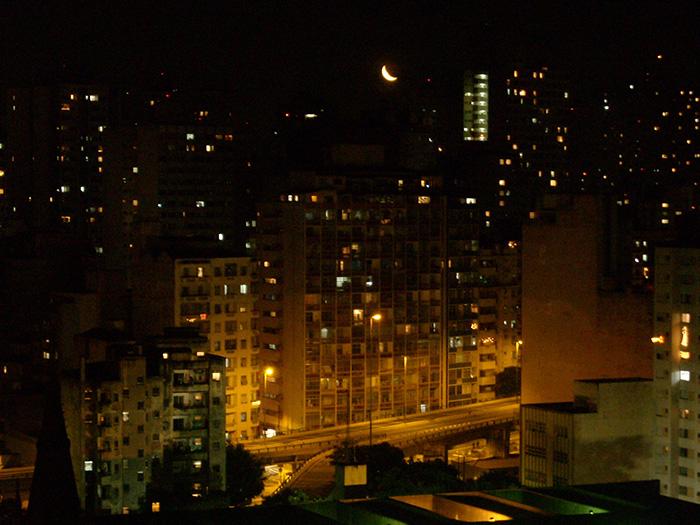 La lune dans la ville