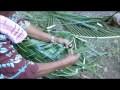 Tressage d'un panier en feuille de cocotier pour faire un geste coutumier