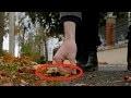 Collez la petite guirlande lumineuse sur une feuille d'aluminium pour la décoration d'automne !