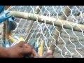 pêcheur de phuket-thailande en train de fabriquer une nasse. www.lompre.com