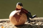sculpture personnages globe enfant terre garcon : Sur terre