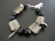 bijoux abstrait bracelet perle nacre breloques : BRACELET MYSTERE