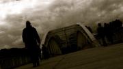 photo personnages passant pont paris seine : L'homme sur le pont