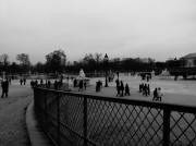photo villes passants tuileries parc : Les passants des Tuileries