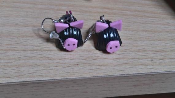 BIJOUX pate cochon noir vernis Animaux  - boucles cochons noir