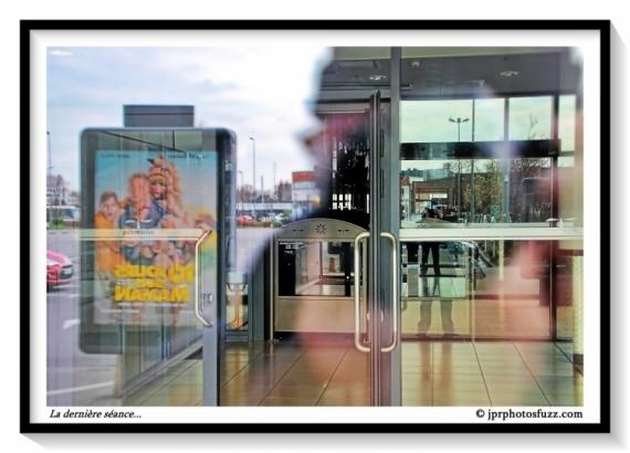 PHOTO portes fermées cinéma confinement séance Villes  - La dernière séance...