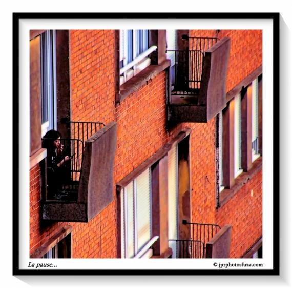 PHOTO ville brique balcon pause Villes  - La pause