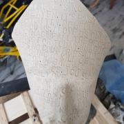 sculpture personnages imagine visage message : IMAGINE