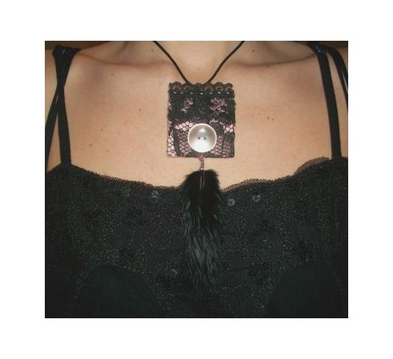BIJOUX collier noir rose plume Abstrait  - Collier pendentif dentelle noir rose bouton plume moderne chic g