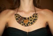 bijoux : Collier léopard marron noir camel bouton moderne chic glamour