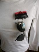 bijoux abstrait broche noir rouge lunette : Broche porte lunette rouge noir pois dentelle bijou moderne chic