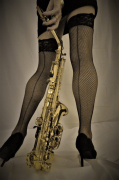 photo personnages instrument sensualite jambes : sax oh !!