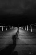 photo abstrait noir et blanc photographie art personnage nuit : follow the light