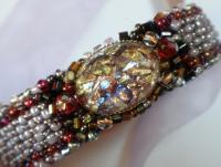 Bracelet manchette en feutrine perlée avec cabochon artisanal
