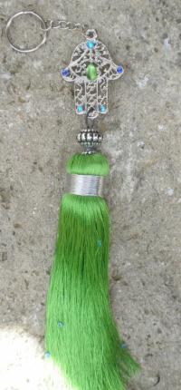 Porte-clés pompon vert pailletté avec main de fatma strassée de