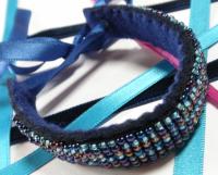 """Bracelet manchette en feutrine perlée avec ruban bleu """"Sult"""