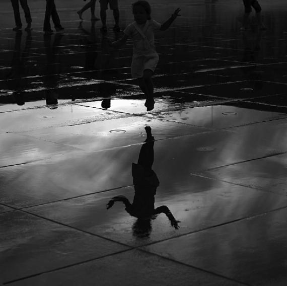 PHOTO Enfant Course Bonheur miroir Personnages  - La gamine