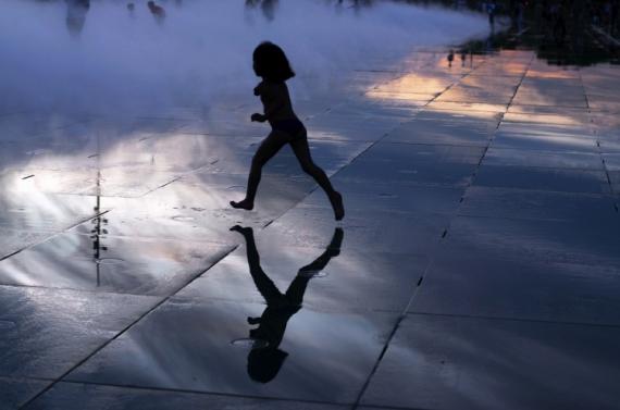 PHOTO Enfant Course Bonheur reflet Villes  - Bonheur