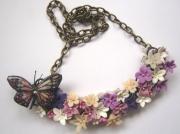 bijoux fleurs collier fimo fleur papillon : Un papillon dans un champ de fleur...