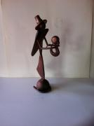 artisanat dart personnages sculpture vieux outils pont saint esprit france : Mère et l'enfant a la cape