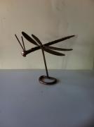 sculpture animaux sculpture vieux outils pont saint esprit france : La libélule
