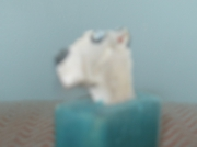 sculpture animaux chien bloque pierre peiture : un chien