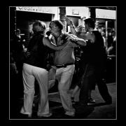 photo personnages rue street danse basier : Le baiser du Crédit Mutuel