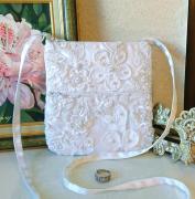 art textile mode petit sac mariage petit sac brode petit sac blanc fleurs petit sac bandouliere : Petit sac satin blanc, tulle brodé fleurs et perles, 15,5 x 16,5
