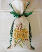 art textile mode fleurs sac ,a lavande broderie sac point compte : Sac à lavande Iris