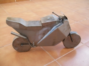 sculpture : moto d'acier