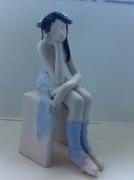 sculpture personnages danseuse assise bleu : danseuse assise