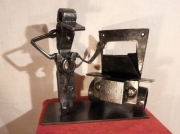 sculpture scene de genre mecanicien panne de voiture question vielle auto : QU EST CE QUI CLOCHE