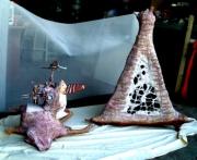 sculpture scene de genre sculpture absurde scene drole : la truie qui file et sa cabane