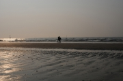 photo scene de genre personnage promenade bord de mer gerard vouillon : Ballade