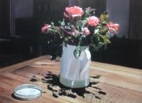 Roses de mon jardin en clair-obscur, pichet blanc et beige