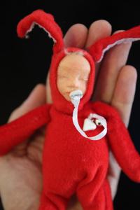 bébé..lapin rouge