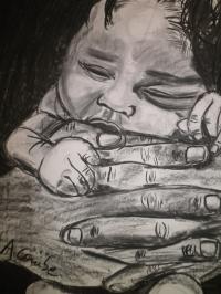 Bébé dans les mains de son père