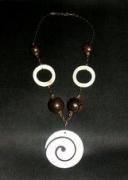 bijoux : Spirale et anneaux en nacre, perles en bois