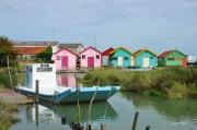 photo marine cabanes couleurs ports bateaux : la barge bleue et blanche