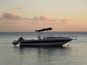 photo marine bateau mer : bateau à chapeau filets rouge et noir