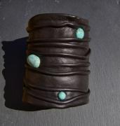 bijoux autres manchette cuir turquoise : Manchette cuir froissé marron foncé turquoises