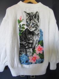 Pull chat fleuri.Peinture aux aiguilles