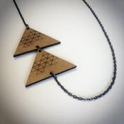 """bijoux abstrait collier bois triangle artisanal : Collier en bois """"Triangles superposés"""""""