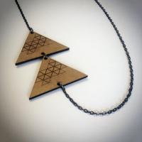 """Collier en bois """"Triangles superposés"""""""