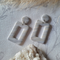 Boucles d'oreilles pendante rectangulaires blanc gris clair beig