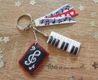 Porte-clé FIMO piano musique rouge noir et  blanc