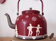 """artisanat dart personnages sportifs hiver flocons decoration : Bouilloire """"patineurs"""" Flocons, sapins, coeurs..."""