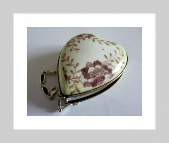 ARTISANAT D'ART Boite à bijoux coeur décor fleur cadeau porcelaine Fleurs  - Boite Coeur sertie